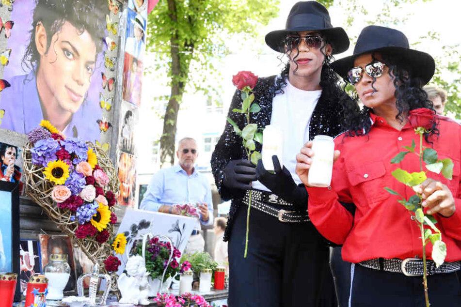 """Blumen, Kerzen, Fotos: Fans von Michael Jackson erinnern an ihren """"King of Pop"""""""