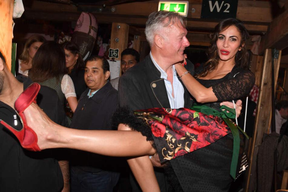 Auf dem Oktoberfest 2018 ließ sich Youssefian von Ex-Politiker Roland Schill auf Händen tragen.