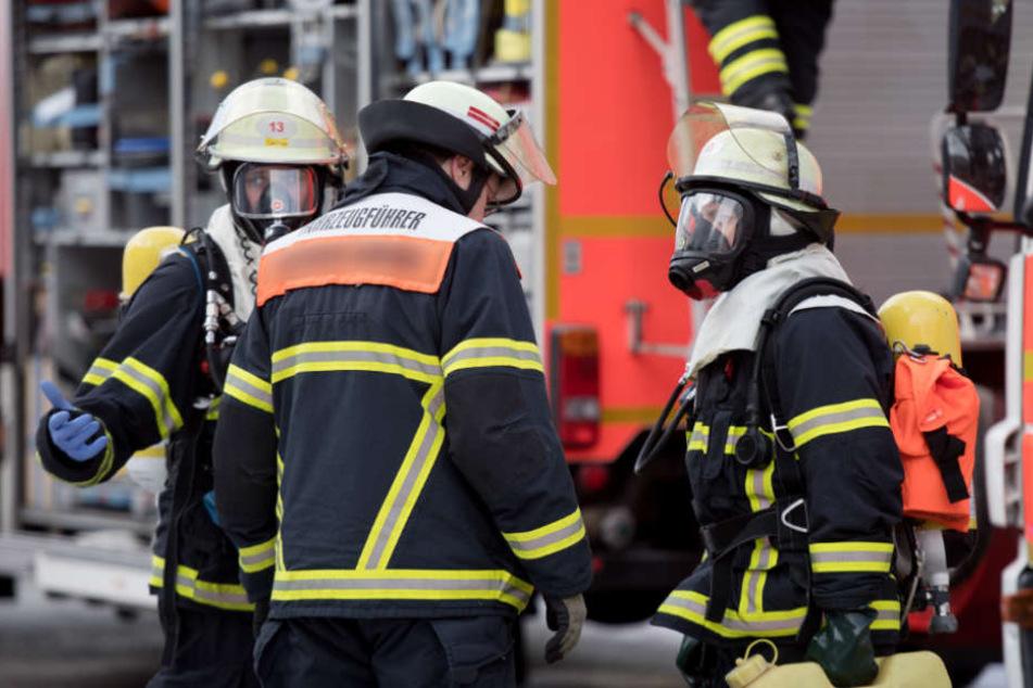 Mit Atemschutzmasken betraten Einsatzkräfte die brennende Wohnung (Symbolfoto).