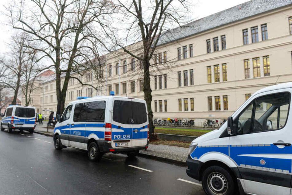 Die Polizei war mit zahlreichen Einsatzkräften in Potsdam im Einsatz, um das Justizzentrum nach einer Bombendrohung zu räumen.