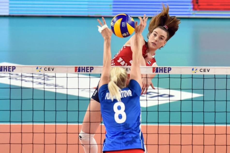 DSC-Neuzugang Lucija Mlinar (hinten) im Angriff gegen die ehemalige Dresdner Mittelblockerin Barbora Purchartova.