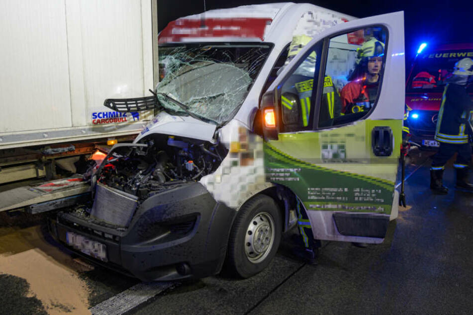 Transporter rast auf A4 unter Lkw: Komplette Familie wird verletzt