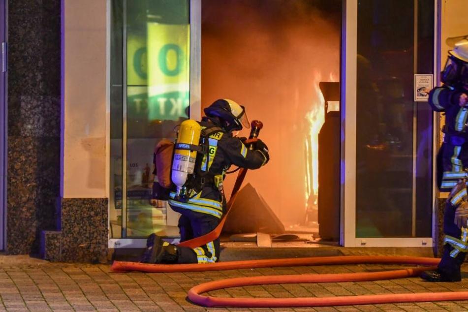 Bei einer Automatensprengung in Magdeburg ist es am frühen Freitagmorgen zu einem Brand gekommen.