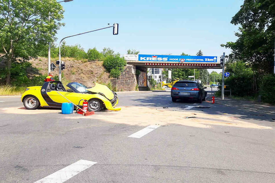 Die beiden Autowracks an der Unfallstelle.
