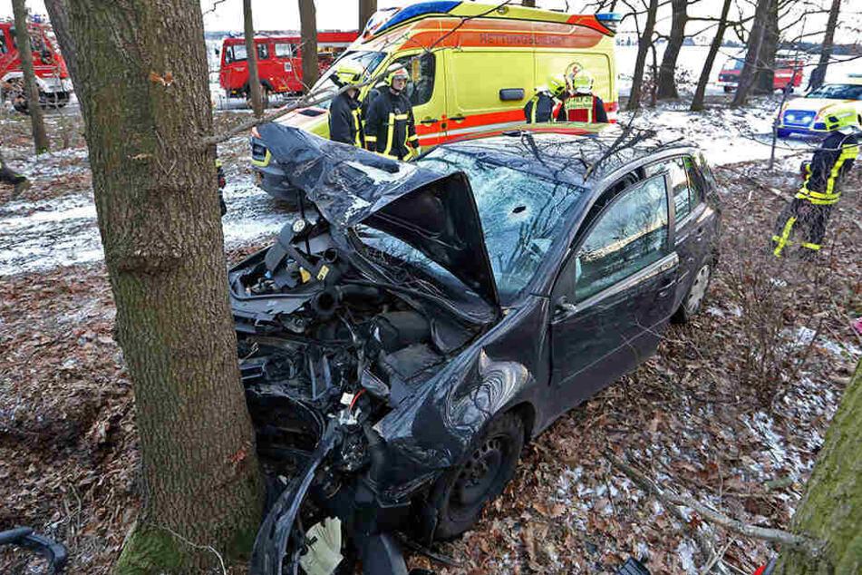 20-Jährige kracht mit Auto frontal gegen Baum