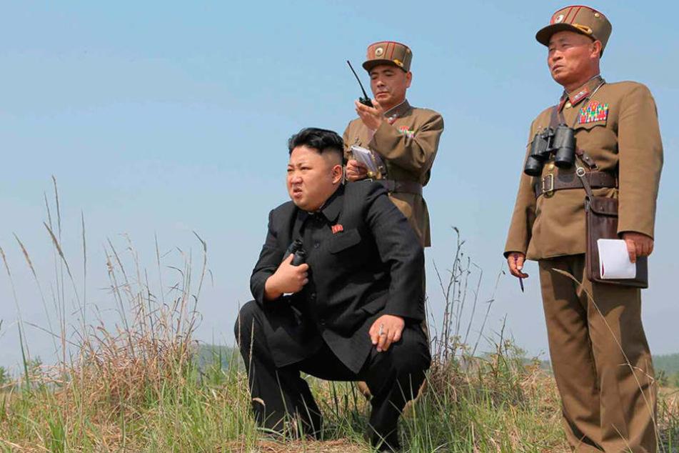 Sieht man selten auf einem Fußballfeld, doch seine Landsleute haben großes vor:Kim Jong-un.