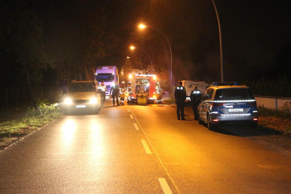 Brandstiftung vermutet: Amazon-Transporter steht lichterloh in Flammen