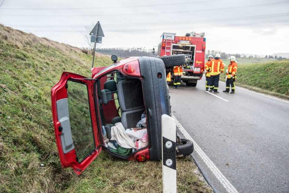 Ein Fahrzeug liegt am 18.01.2018 bei Ebersbach auf der Seite. Nach einer Sturmböe verlor der Fahrer die Kontrolle über das Fahrzeug.
