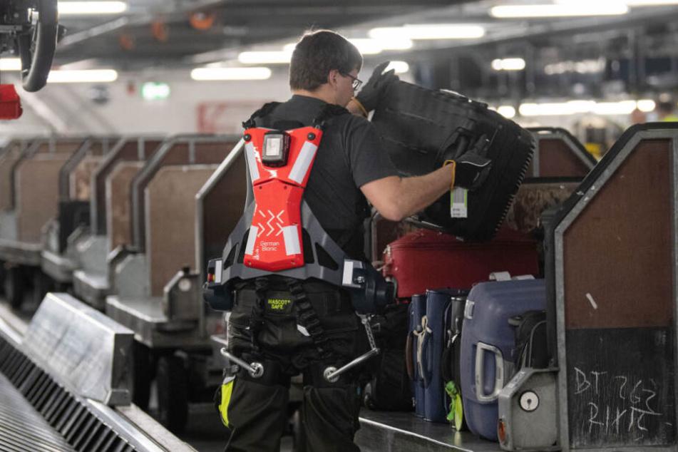 Ein Mitarbeiter des Stuttgarter Flughafens trägt eines der Exoskelette.