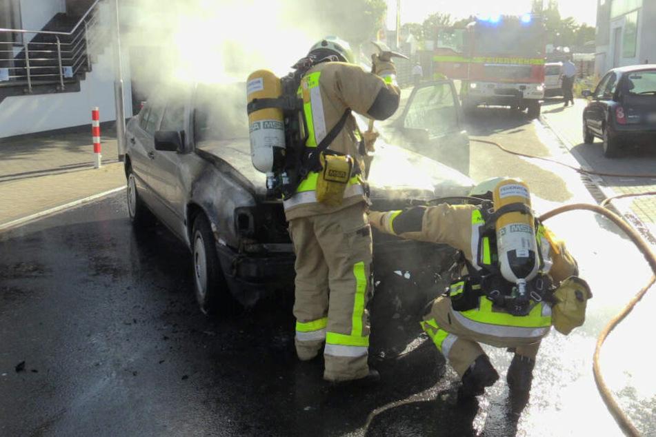 Einsatzkräfte versuchen die Motorhaube zu öffnen.