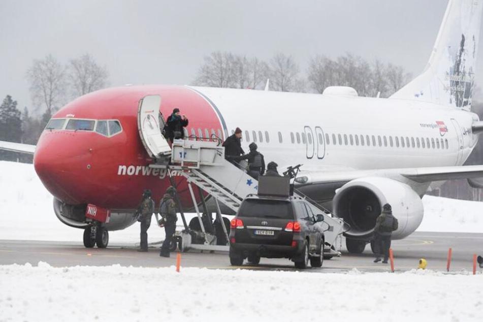 Das Flugzeug wurde geräumt und von einem Bombeneinsatzkommando durchsucht.