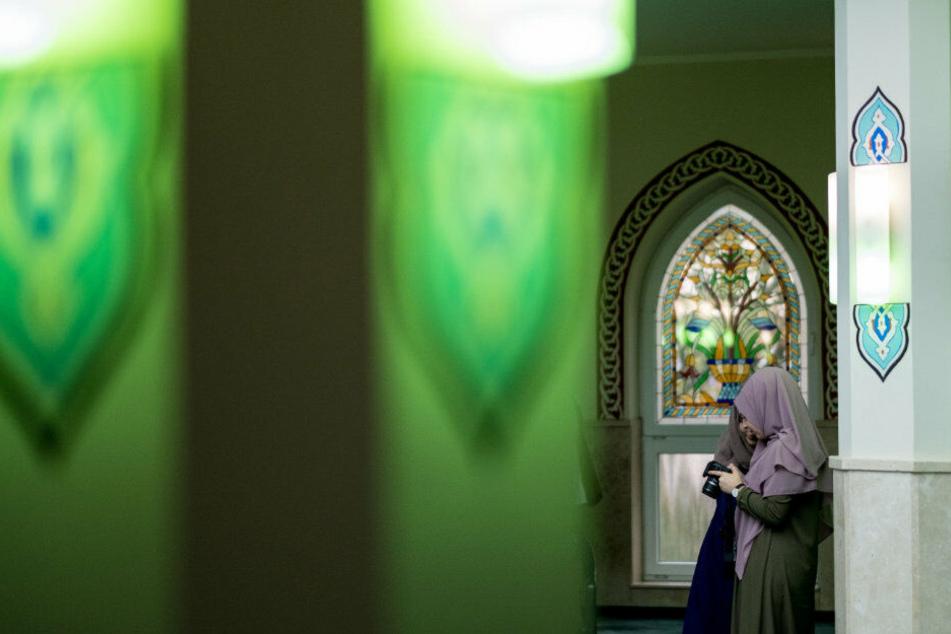 Eine Moschee von Innen. Am Tag der offenen Moschee sind Interessierte eingeladne, einen Blick hineinzuwerfen.