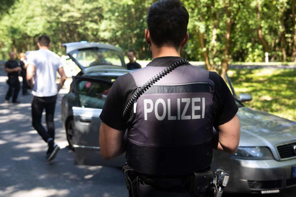Polizisten kontrollieren die Autos der Festival-Besucher.