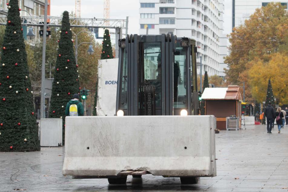 Der Weihnachtsmarkt am Berliner Breitscheidplatz wird mit diesen Betonsockeln geschützt.