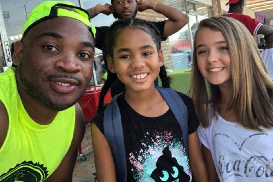 Corey Lewis mit Kindern bei seiner Arbeit.