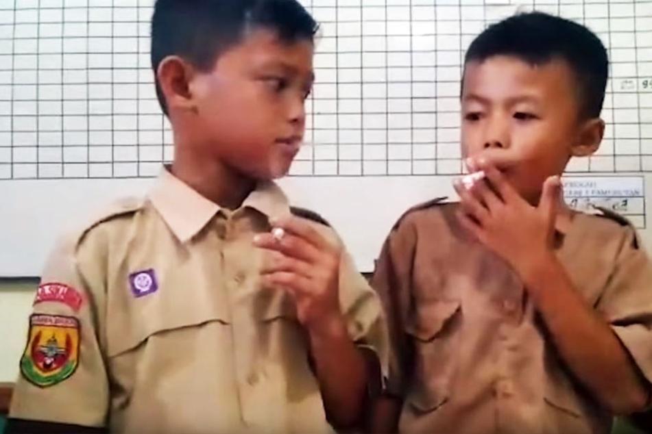 Nein, hier sind keine uniformierten Beamten zu sehen, die sich kurz vor Schichtbeginn eine Zigarette gönnen.