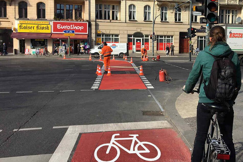 Die Radspur an der Unglücksstelle ist jetzt rot markiert.