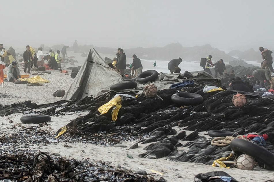 Der Strand in Namibia ist übersät mit Kleidungsstücken, Schwimmwesten, Taschen der Gestrandeten.