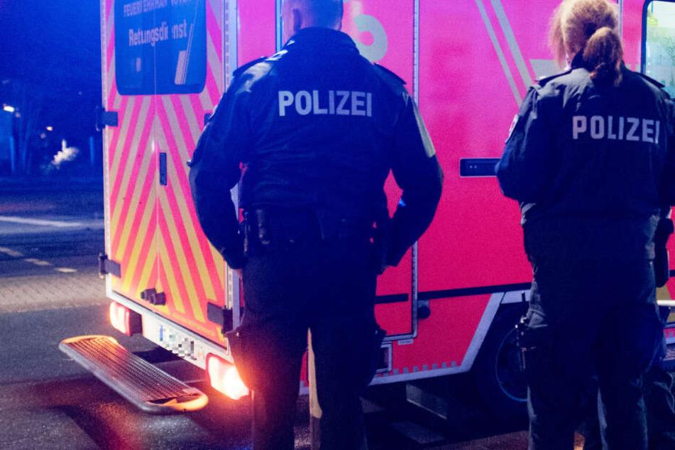 Der Rettungsdienst brachte die 19-Jährige und ihren Freund ins Krankenhaus (Symbolbild).