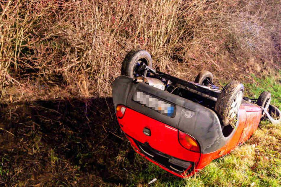 Horror-Unfall auf Landstraße: Ford überschlägt sich, Fahrerin aus Frontscheibe geschleudert