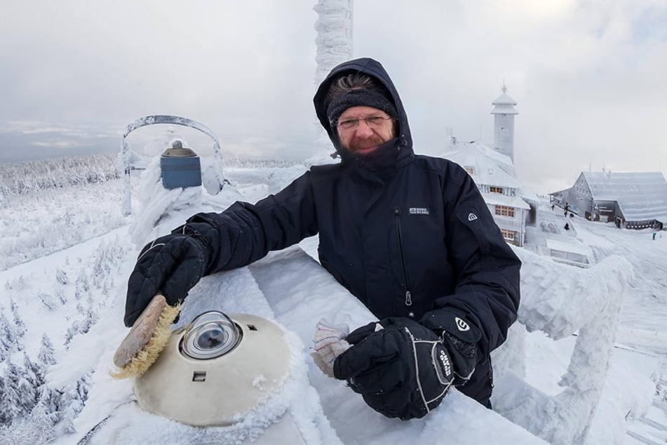 Gerd Franze (56) vor einem Instrument zur Wettermessung auf dem Fichtelberg