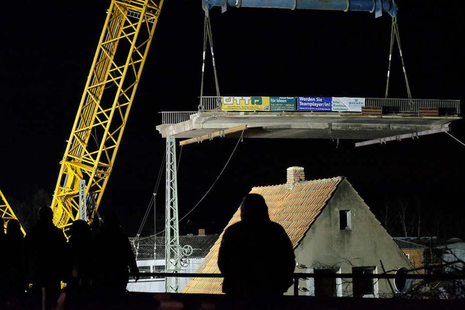 Ein Kran hatte Mittwochnacht das 18 Meter lange Mittelteil der Brücke am Haken.