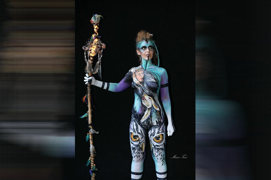Statt wilder Kriegerin zaubert die Künstlerin diesmal eine Lunge auf die Körper ihrer Modelle.