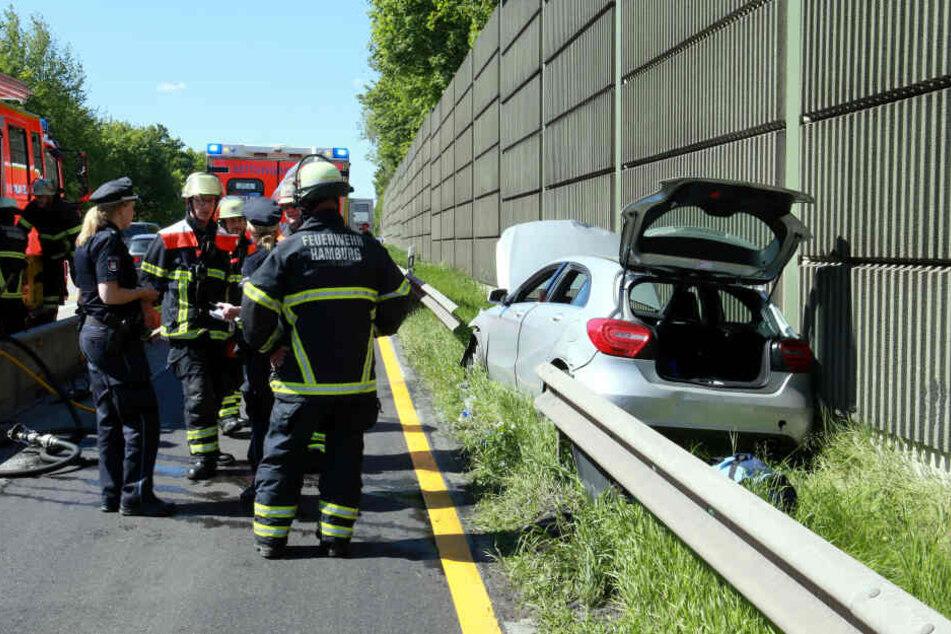 Nur durch das Heraustrennen eines großen Stücks der Leitplanke konnte die 50-Jährige Unfallfahrerin aus ihrem Auto befreit werden.