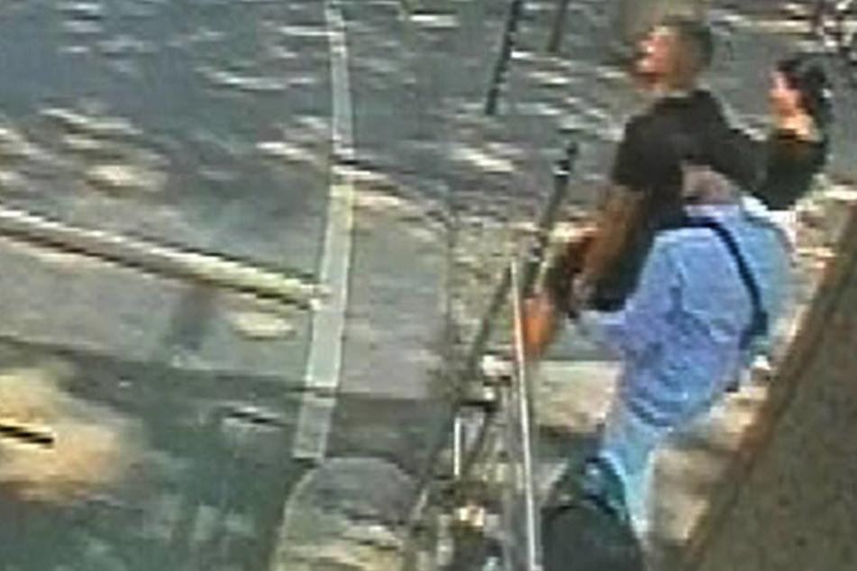 Einer der beiden Männer soll mit einer Luftdruckpistole auf den Waggon geschossen haben.