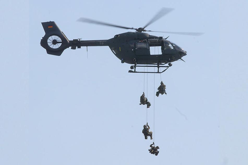 Der Abstieg aus dem Hubschrauber ist für das Kommando Spezialkräfte Routine.