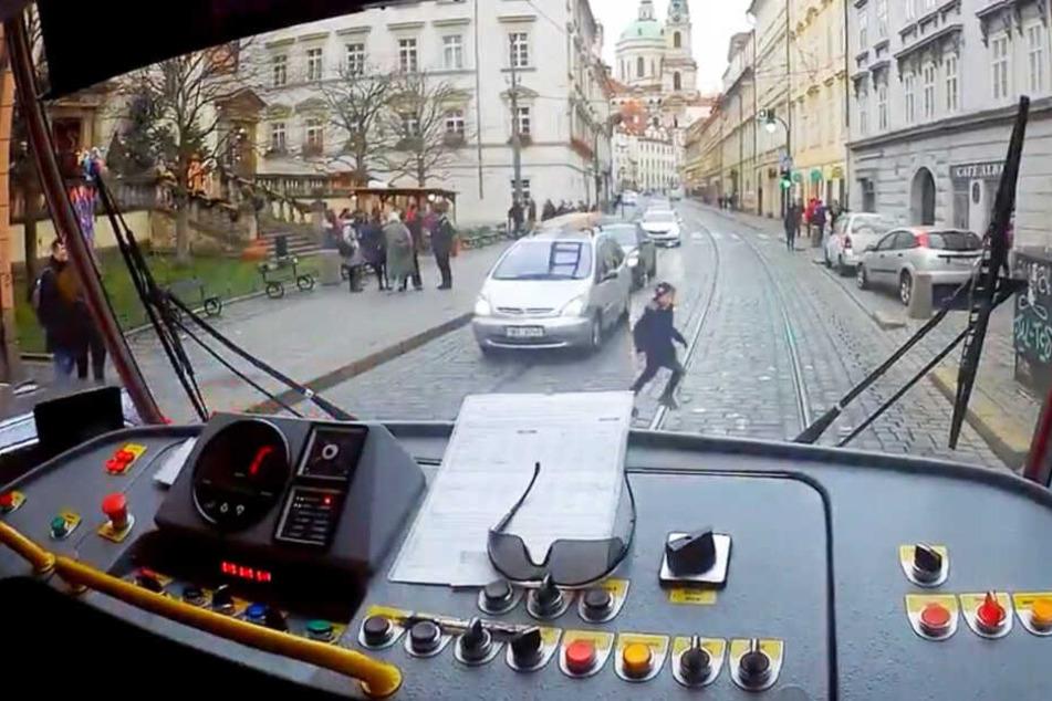 Als der Straßenbahnfahrer anhielt, rannte das Kind zum Fahrer und erklärte die Situation.