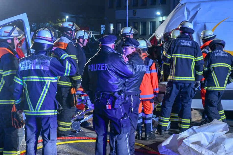Horror-Unfall! Zug rammt Transporter, Fahrer schwer verletzt