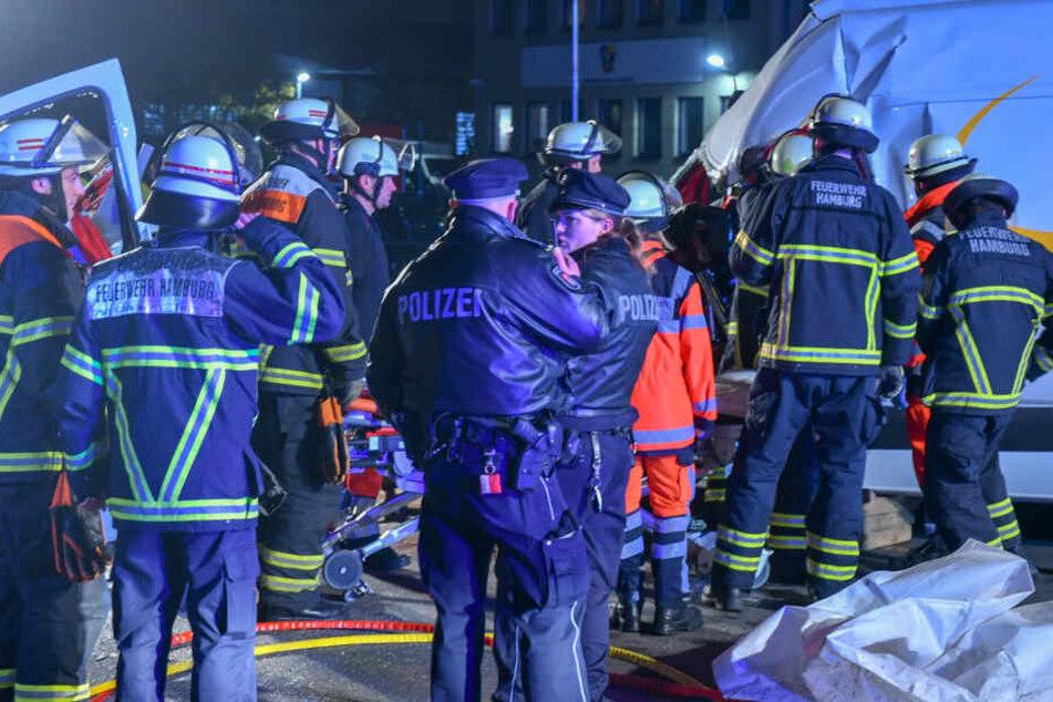 Rettungskräfte befreien den verletzten Mann aus dem Transporter.