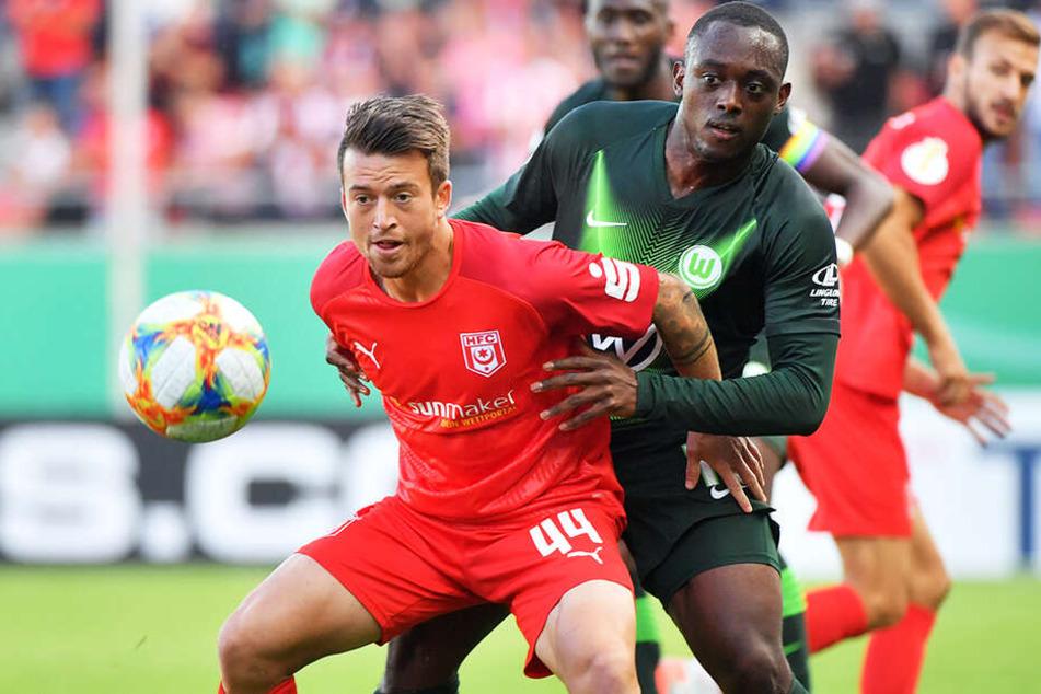 Patrick Göbel (l.) belebt das HFC-Spiel mit seiner Dynamik und Schusstechnik. Hier behauptet er sich im DFB-Pokal gegen Wolfsburgs Jérôme Roussillon.
