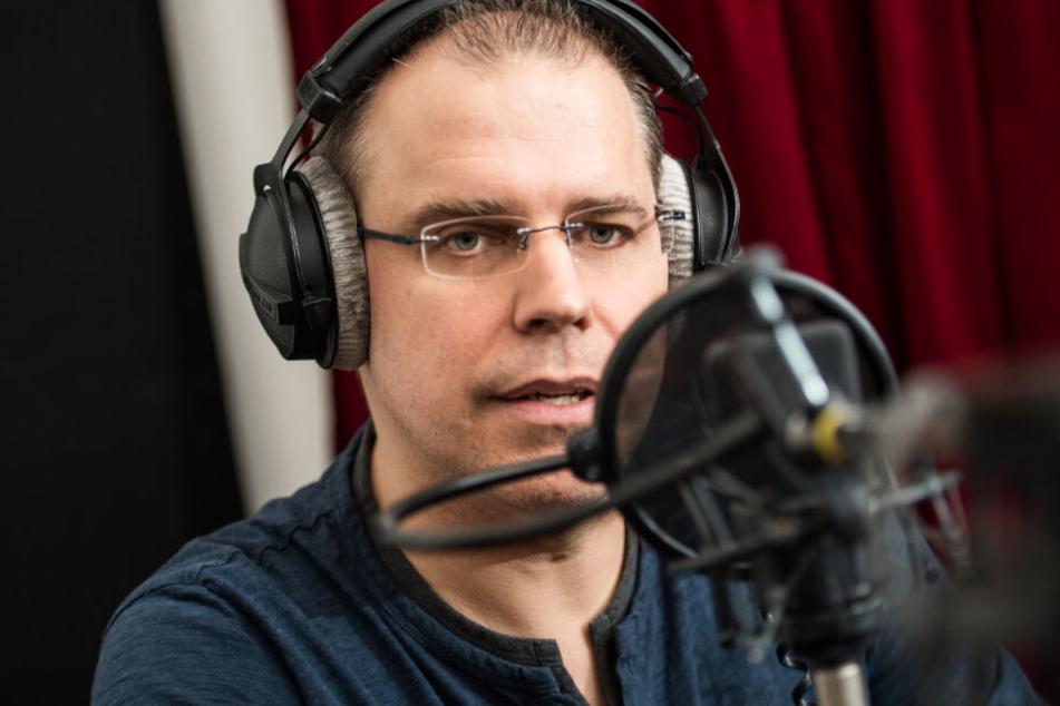 Heiko Grauel spricht in das Aufnahme-Mikrofon.