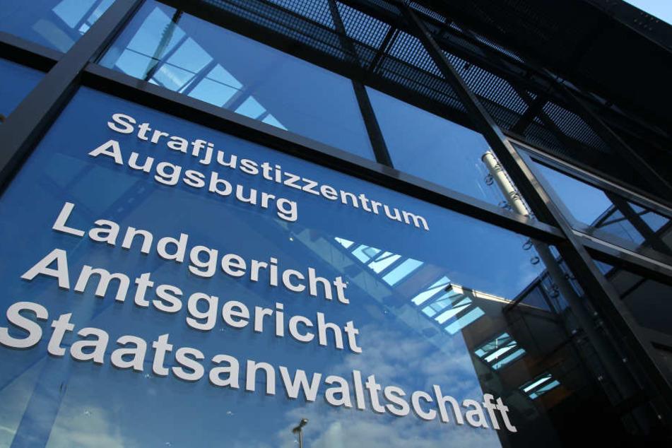 Kommt die Angeklagte glimpflich davon? Die Parteien vor dem Amtsgericht Augsburg wollen sich auf ein Strafmaß verständigen.