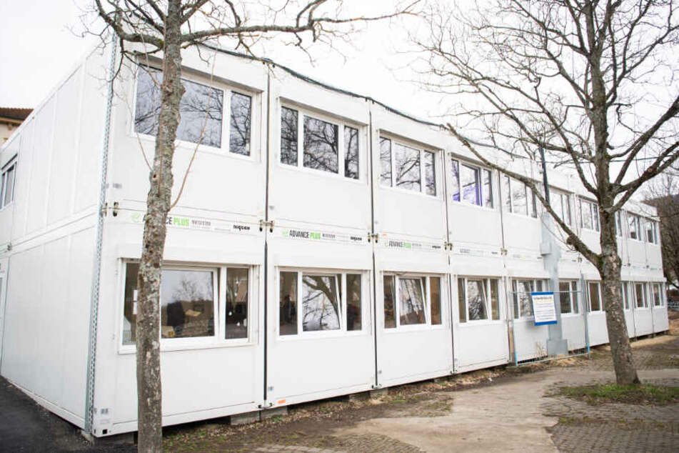 Auf dem Schulhof steht ein Containercomplex mit Klassenräumen, weil ein Teil des Schulgebäudes wegen Einsturzgefahr gesperrt wurde.