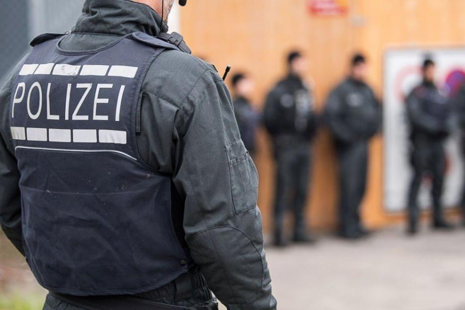 Die Polizei hat bei 13 Verdächtigen einer selbst ernannten Bürgerwehr in Chemnitz Durchsuchungen durchgeführt. (Symbolbild)