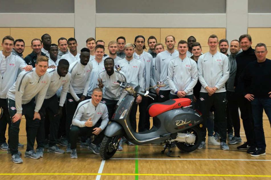 Auf United Charity gibt es die von der gesamten Mannschaft unterschriebene RB Leipzig-Vespa zu ersteigern.