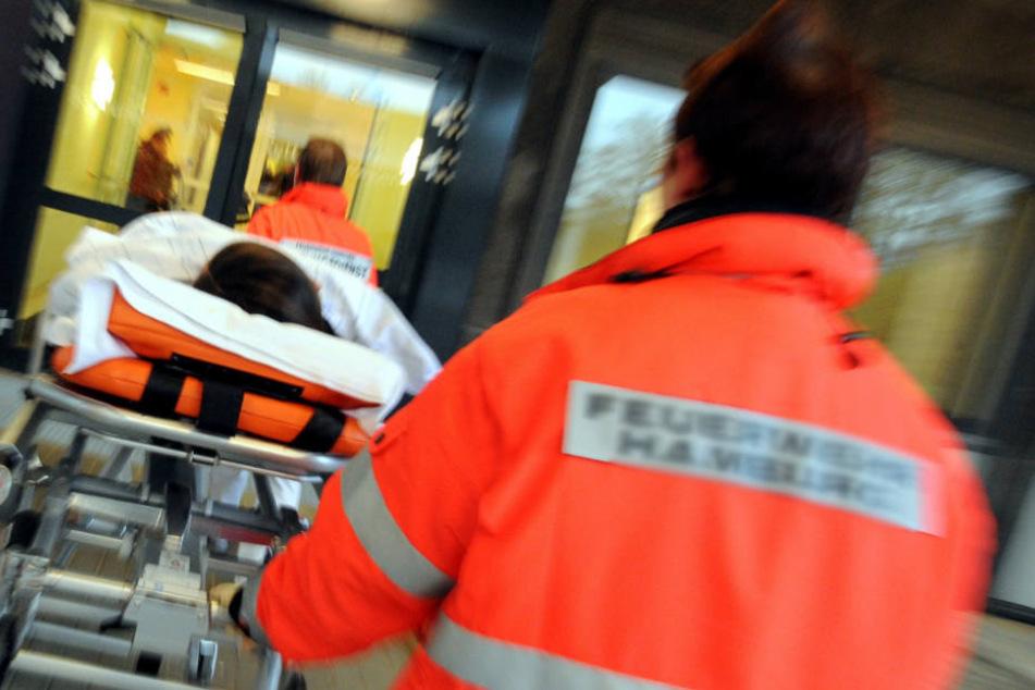 Schließlich nahmen sich die Rettungskräfte dem Verletzten an (Symbolfoto).