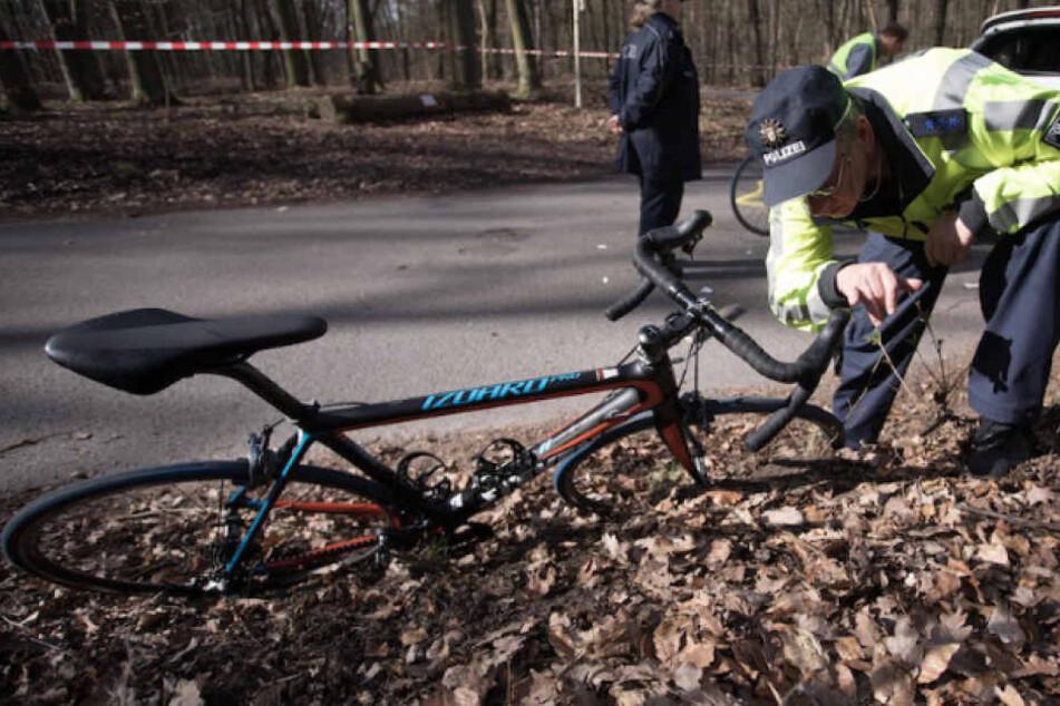 Ein Polizist begutachtet nach dem Unfall eines der Rennräder. (Symbolbild)