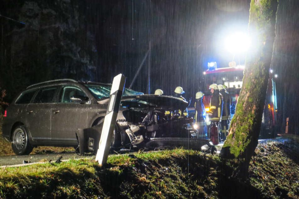 Der VW-Fahrer wurde bei dem Unfall schwer verletzt.