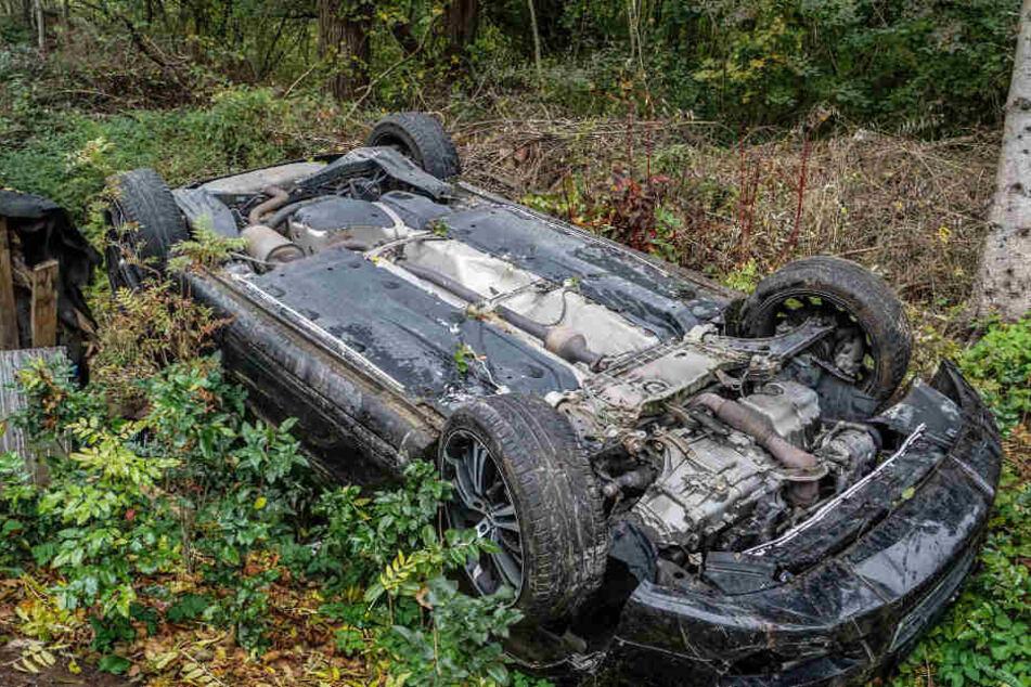 Wahrscheinlich war er zu schnell unterwegs gewesen. Ein 29-Jähriger rutscht mit seinem Auto eine Böschung hinab.