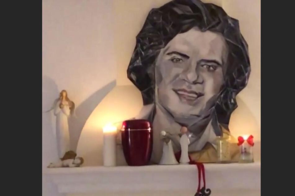Immer dabei: Ein Gemälde des verstorbenen Costa Cordalis hängt im Zuhause von Daniela Katzenberger und Lucas Cordalis.