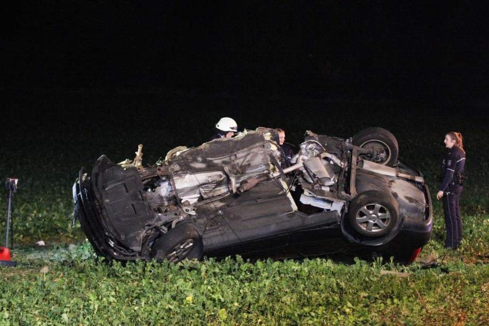Das Auto wurde durch den heftigen Unfall fast auseinander gerissen.