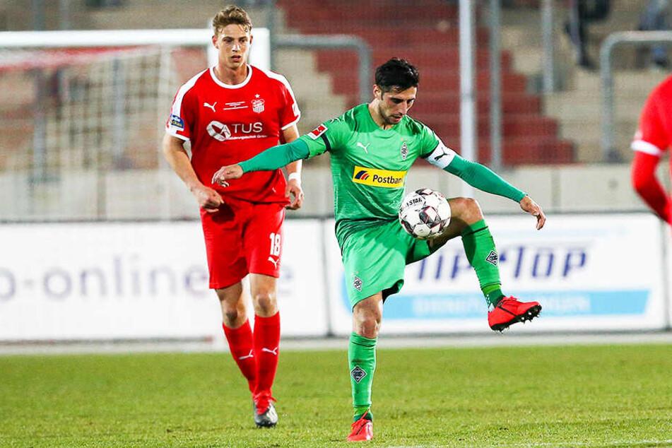 Von Gladbachs Kapitän und Confed-Cup-Sieger Lars Stindl (r.) konnte sich FSV-Angreifer Lion Lauberbach sicher einiges abschauen.