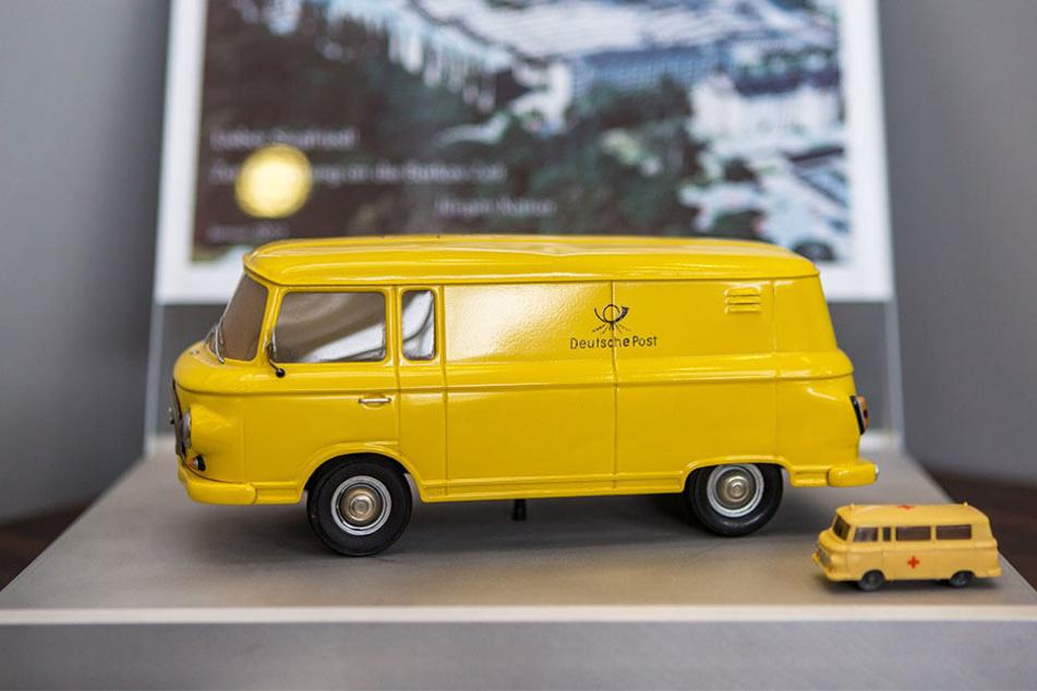 """Geschenkte Erinnerung: Diese original Barkas-Modelle standen bei Siegfried Bülow im Büro. Daneben """"parkten"""" Miniaturen von legendären Porsche-Modellen."""