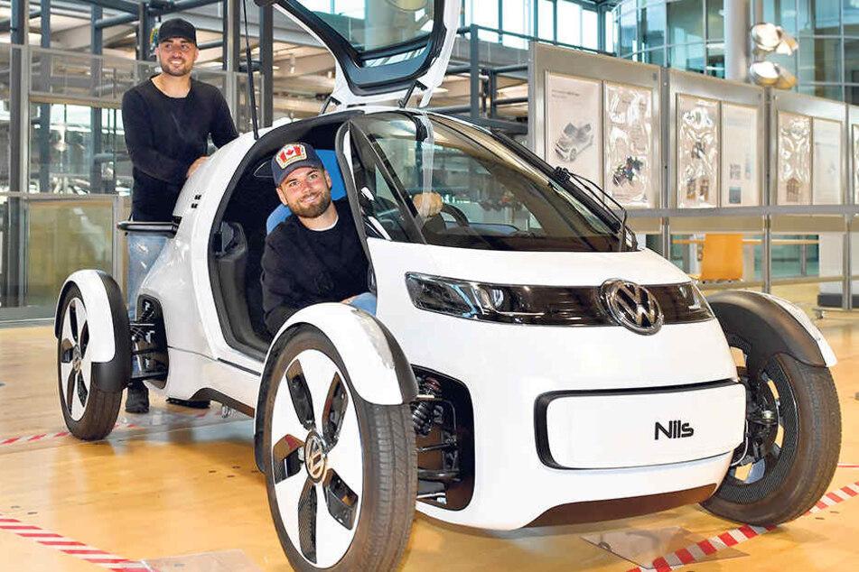 """Wer sein Auto liebt, der schiebt - oder so ähnlich: Aias Aosman (hinten) und Niklas Kreuzer """"testeten"""" jedenfalls dieses VW-Forschungsfahrzeug."""