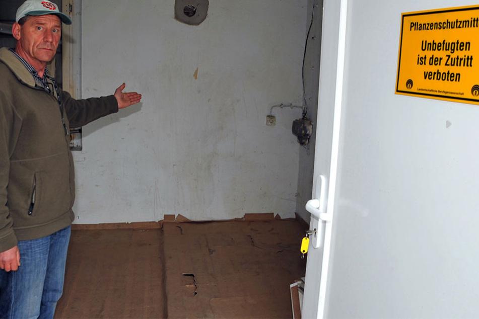 Agrar-Chef Arnd Mothes zeigt den Lagerraum, in den die Diebe gewaltsam eindrangen.