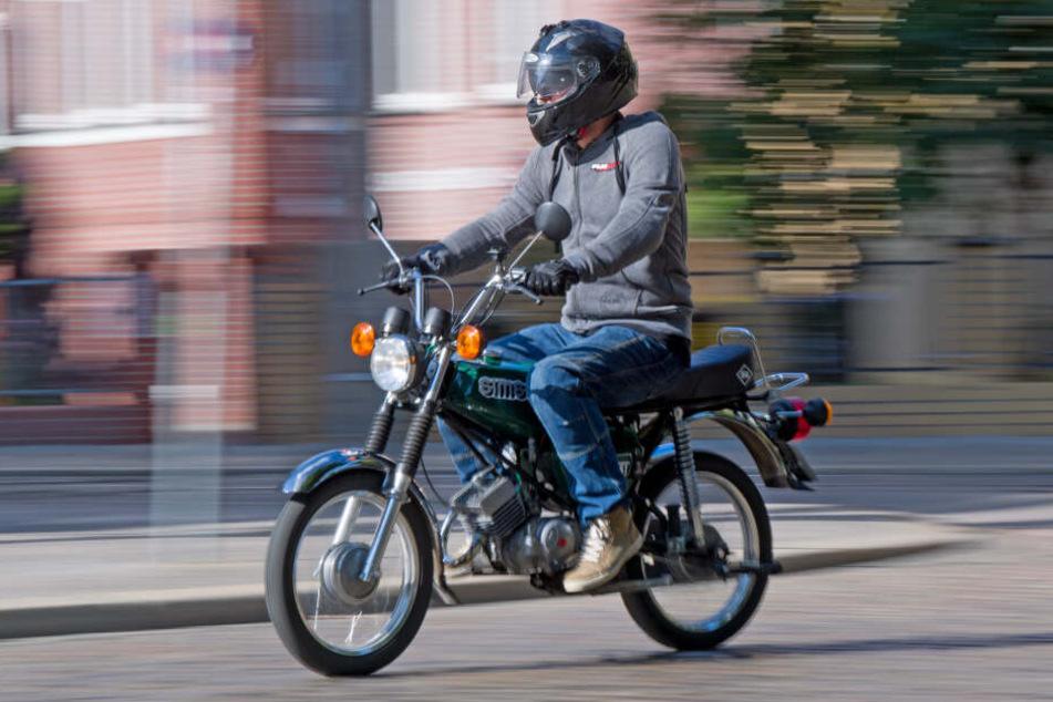Ein Unbekannter hat sich auf einem Moped eine Verfolgungsjagd mit der Polizei geliefert und ist den Beamten entkommen. (Symbolbild)